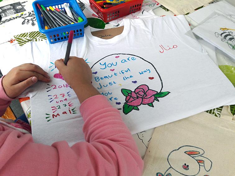 """afcaa050ff02e Mit """"Kinder bemalen T-Shirts"""" können Klein   Groß auf dem schönen Kunst    Kultur Frühlingsfest in entspannter Atmosphäre T-Shirts oder Beutel bemalen."""